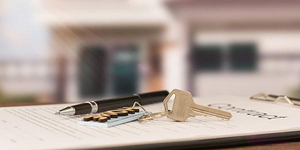Mietvertrag und Schlüssel als Symbol für Mietrecht in Berlin