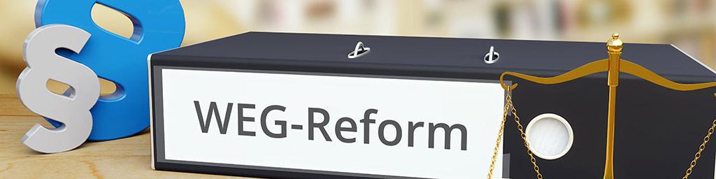 Ordner mit der Aufschrift WEG Reform liegt auf einem Tisch